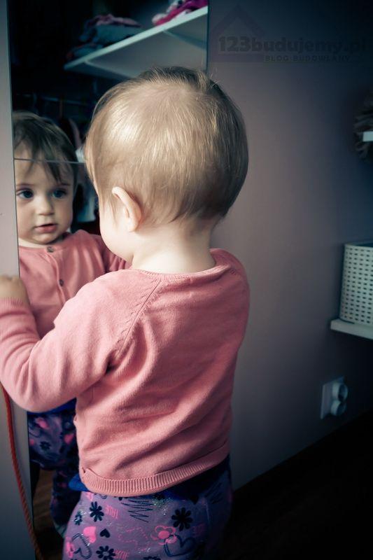 lutrso w szfie czy garderobie to podstawa Julcia przegląda się w lusterku - Dziecko, Julcia, Lustro, Garderoba, Szafa