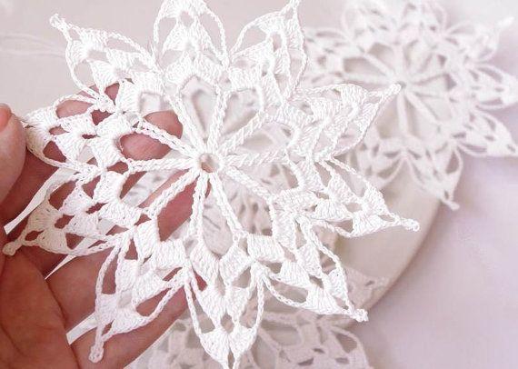 Crochet snowflakes appeso ornamento di inverno di Edangra su Etsy