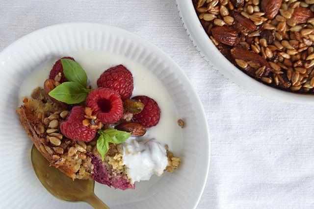 Bagt havregrød med hindbær og sprød topping – Cathrine Brandt