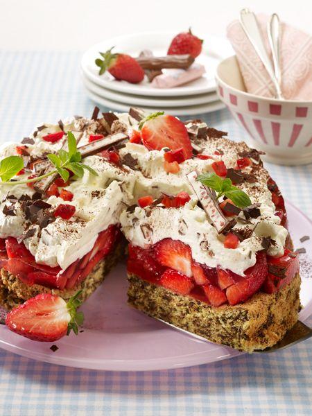Damit der Sommer unvergessen bleibt: eine Yogurette Torte mit Erdbeeren. Ein luftiger Nuss-Baiser und eine cremige Schoko-Sahne -