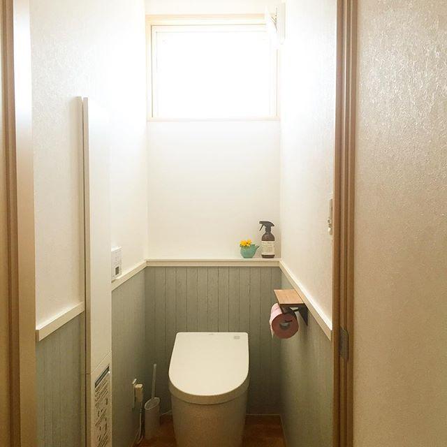 ✩︎⡱ . . トイレ . . 二世帯なので、子世帯は1個 二階についてます。  朝なので明るすぎてうまく写真が撮れない。 日が落ちるまでかなり明るいトイレ。  北窓です。 . . 見た目後悔点は収納BOXの位置の中途半端さ。 なぜ真ん中にドーンとあるんだと。 .. しかしこの位置が使うと便利な位置だったりします。 トイレットペーパーなくなっても座ったまま取れたり。  インテリアとかまだ余裕ないですが、 ゆっくりやっていこうと思います。  窓は基本開けません。 というか届かないです。  #マイホーム#一条工務店 #ブリアール #二世帯住宅#子世帯#トイレ #ネオレスト #マーチソンヒューム #リサラーソン #腰壁風#トイレットペーパーホルダー . . . トイレットペーパーホルダーは施主支給です。