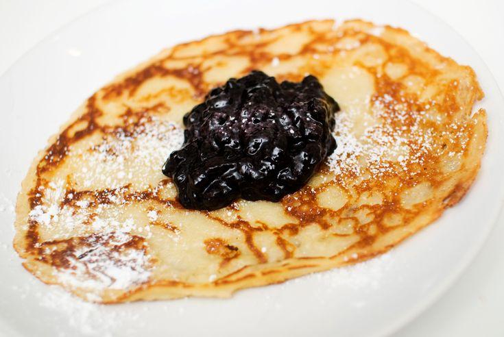 Oppskrift på tynne, myke og kjempegode pannekaker - rett og slett! Er det noe jeg har mye av på denne bloggen, så er det pannekakeoppskrifter. Jeg har laget pannekaker med mais, blåbær, gresskar, k...