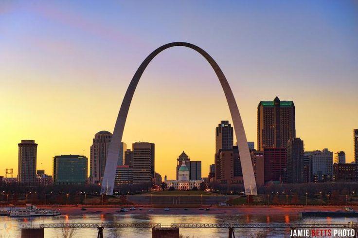 "Врата на Запад – #Соединённые_Штаты_Америки #Миссури #Сент_Луис (#US_MO) Арка ""Врата на Запад"" в Сент-Луисе - самый высокий рукотворный монумент на территории США. Ее высота 192 м. Посвящено сооружение, как можно догадаться, экспансии Штатов на Запад.  ↳ http://ru.esosedi.org/US/MO/1000073783/vrata_na_zapad/"