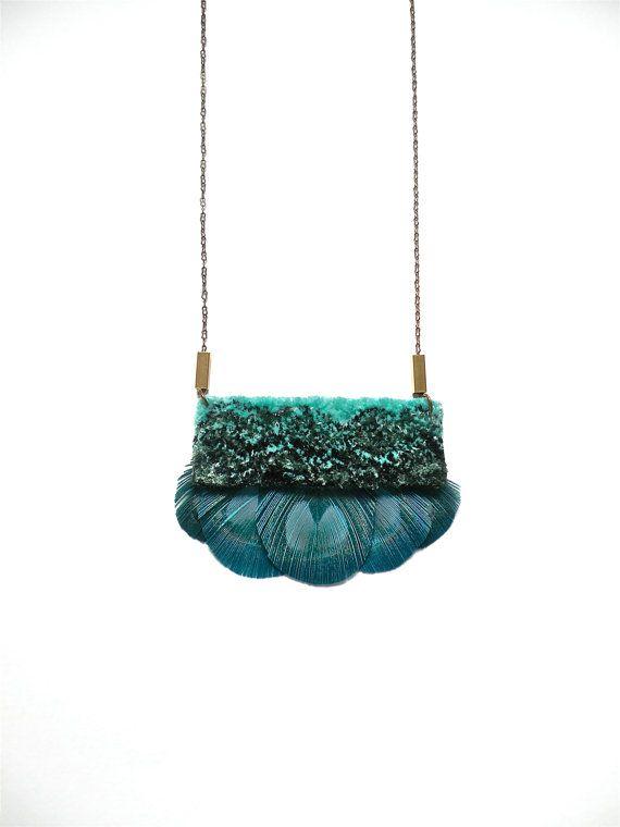 Hand geborduurd fluweel Peacock Feather ketting / groene, Mint, zilver & Turquoise / geborduurde hanger Statement ketting
