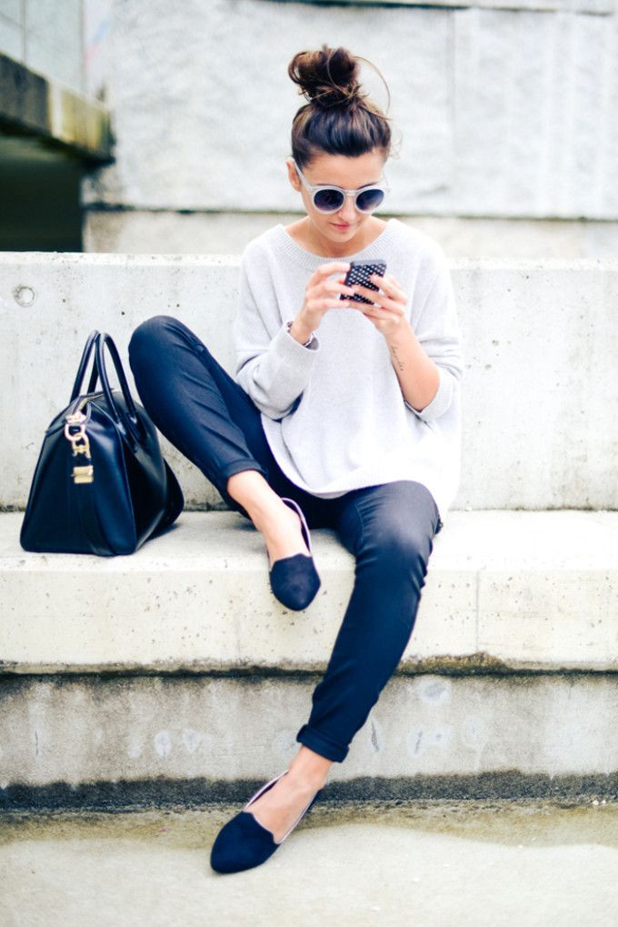 Acheter la tenue sur Lookastic:  https://lookastic.fr/mode-femme/tenues/pull-surdimensionne-gris-pantalon-chino-bleu-marine-slippers-sac-fourre-tout-bleu-marine/2140  — Pull surdimensionné gris  — Pantalon chino bleu marine  — Sac fourre-tout en cuir bleu marine  — Slippers en daim bleus marine