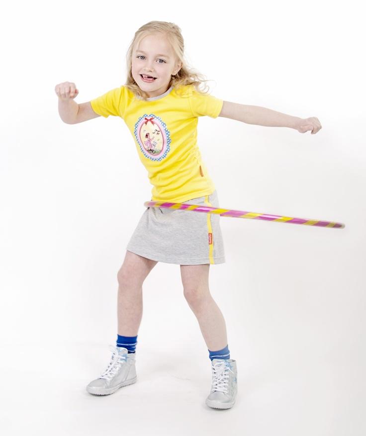 Grijs rokje met gele streep.  Mooi in combinatie met het gele shirt, Beiden zijn los te verkrijgen
