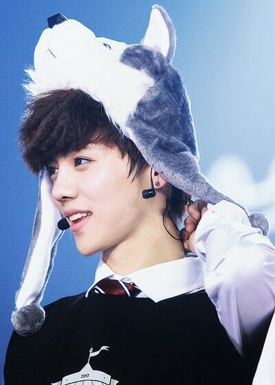 LUHAN. LOVE HIM IN THAT HAAT. HE LOOKS SO ADORABLE<3 #EXO #LUHAN