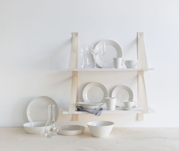 Pentik Anis Tableware | Anis tableware collection is designed by Lasse Kovanen. The light simplicity leaves room for colourful textiles and delicious servings. The lovers of both decorative and plain styles will be charmed by the white table setting.