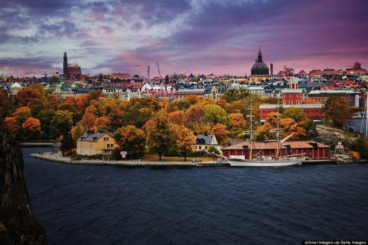 , Estocolmo debería estar en tu lista de destinos. La mejor época para visitarla es en verano, cuando los cielos son tan azules que puedes pasar el día vagando por las calles empedradas de Gamla Stan. Los más intrépidos también pueden hacer excursiones por alguna de las cerca de 30.000 islas que componen el archipiélago Skärgård