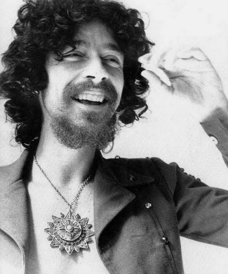 RAUL SEIXAS - Piorneiro do Rock brasileiro, bahiano retado, irreverente e grande contestador. Era envolto por um certo misticismo, influenciado por Aleister Crowley (que acabei de descobrir na biografia do Led Zeppelin que também foi uma referência para Jimmy Page do Led Zeppelin). Clique para ler o artigo sobre ele no Wikipédia.