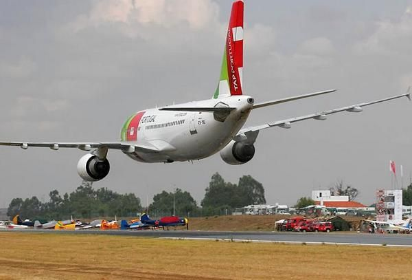 Airbus A310 of TAP Portugal performs stunts during a 2007 airshow