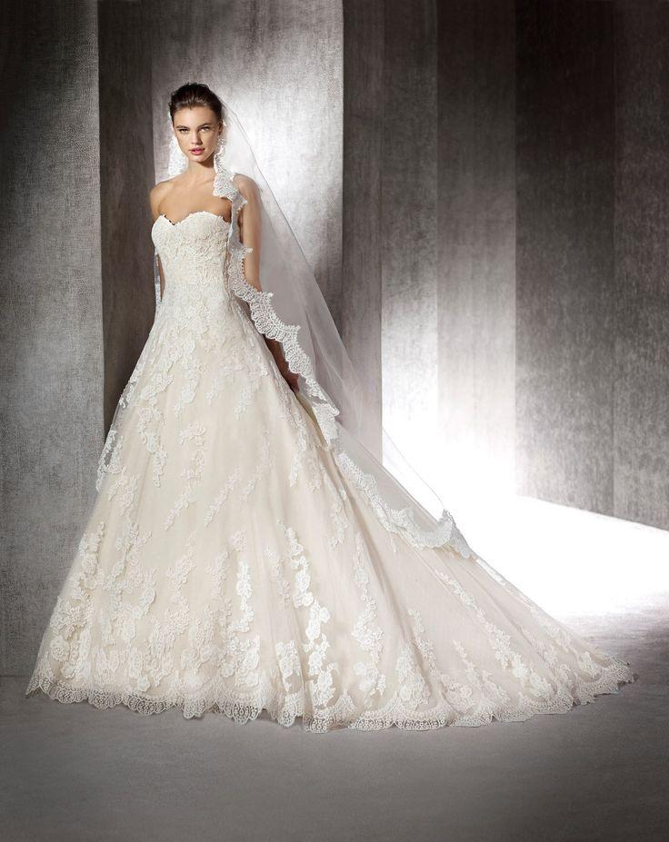 Deze trouwjurk van Pronovias, San Patrick model Zuranaoff heeft een A-lijn model. De jurk is bewerkt met prachtige kanten applicaties en een prachtige kanten rand op de sleep. Bewonder de collectie van San Patrick bij Covers Bruidsmode in Utrecht.