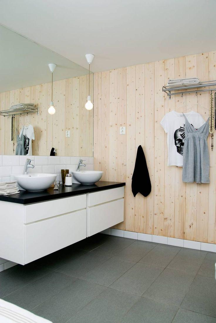 TRE I VINDEN: Med en trevegg på badet tilfører du varme til et rom som fort kan bli veldig sterilt. Men forhør deg i for eksempel på et byggvarehus om hvordan du bør behandle veggen, sånn at du sikrer et godt og varig resultat.