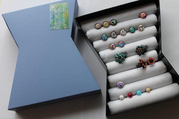 Myriam de la boutique Lullaby-creations nous montre aujourd'hui comment réaliser un présentoir à baguesfacilement et avec de la récup' ! Mieux qu'un couvercle de boîte à chaussures, je…