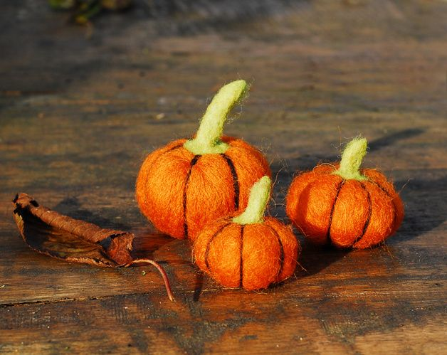Set of 3 orange pumpkins made from 100% sheep wool.   Perfect autumn or Halloween decor.  Size: 4cm, 5cm and 6cm in diameter.