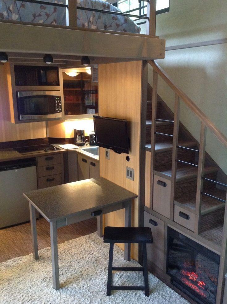 El espacio bajo la escalera ha sido racionalmente aprovechado: allí es posible colocar el lavaplatos, un pequeño refrigerador, un horno y compartimentos para guardar la comida. También hay espacio para el televisor y hasta una chimenea eléctrica. Cada escalón de la escalera es un cajón.