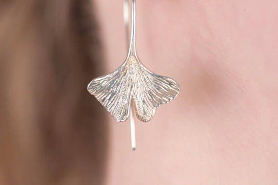 Ginko Blatt Ohrringe - Blatt Ohrringe baumeln Ohrringe  Der Ginkgo-Baum ist ein Phänomen, ein Objekt der Verehrung, ein heiliger Baum des Ostens, ein Symbol der Einheit von Gegensätzen, von einigen als ein Symbol der Unveränderlichkeit, Wunderkraft, Träger der Hoffnung und der unermesslichen Vergangenheit, ein Symbol der Liebe zu besitzen. Aufgrund seiner Eigenschaften ist es verbunden mit Langlebigkeit. -Die Ginko-Seiten  Jedes Blatt massiv Sterling Silber ist aufwendig auf beiden Seiten…