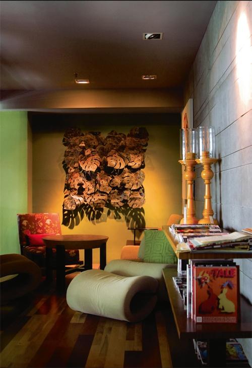 Andai punyai ruang ekstra, wujudkan  suatu sudut santai di ruang makan anda. Jika perabot seperti sofa, kerusi recliner dan meja kopi lazimnya dikaitkan dengan ruang tamu dan ruang keluarga, ruang makan anda pasti tampak berbeza dengan  koleksi perabot ini. Ditambah pula dengan penataan warna hijau yang menceriakan, ruang makan anda kini bukan sekadar ruang santapan, malah boleh menjadi ruang makan dengan suasana santai seperti di kafe ternama!
