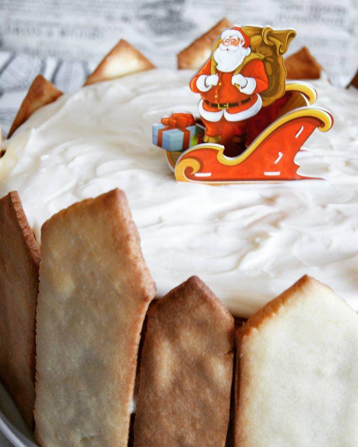 """Торт под кодовым названием """"Поймай Санту во двор со странным забором"""". Творили с Хрюнделем на Рождество Вкуснющий медовик по рецепту @alenakogotkova Для украшения выпекли любимое печенье ребенка. Как сказала маман: """"Зато вкусно"""". Эхх, обидеть творцов может каждый! #торт #мед #праздник #вкусно #сливочныйкрем #песочноетесто #печенье #cake #food #delicious #honey #cream #на_сладкое #десерт #детям #dessert"""