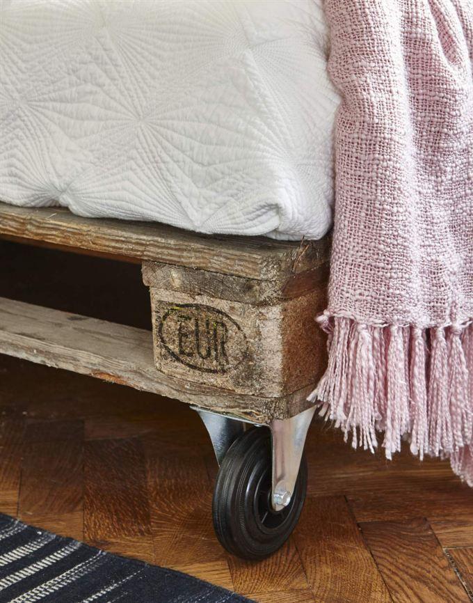 Un sof de palets bueno bonito y barato muebles sofas for Muebles bonitos y baratos