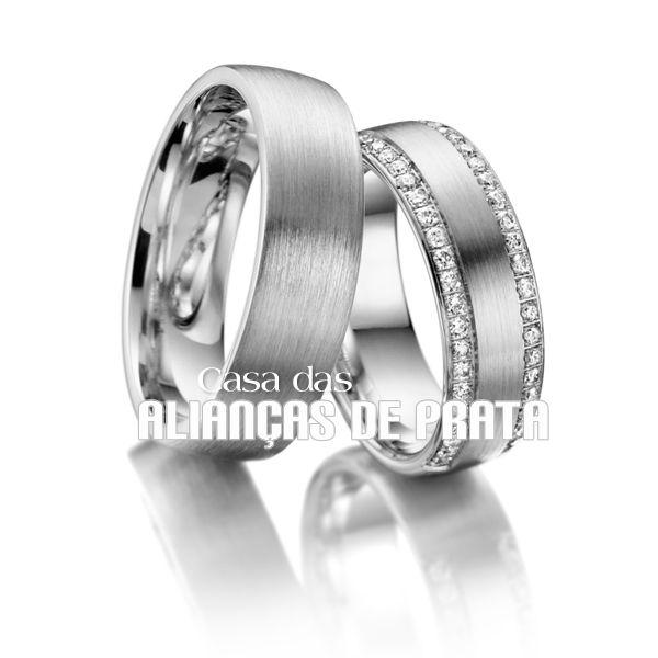 Par de alianças de compromisso em prata 950 Peso aproximado: 18 gramas o par Largura: 8 mm Pedras: Cravejada de Zirconias Anatômica  Acabamento fosco