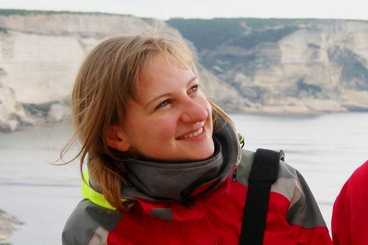 Archeolog, pilot wycieczek, podróżnik, żeglarz. Ciekawość  świata zawiodła ją do ponad 30 krajów na 5 kontynentach. Dwukrotnie przepłynęła na żaglowcu Atlantyk, uczestniczyła w wyprawie na sześciotysięcznik Chachani, przeszła w poprzek Wielką Brytanię, włóczyła się po pustyni i zeszła na dno najgłębszego kanionu na świecie. Kąpała się pod wodospadem ukrytym w tropikalnym lesie i konserwowała peruwiańskie mumie. W czasie podróży wykonała tysiące fotografii.  Gdzie można spotkać Karolinę?…