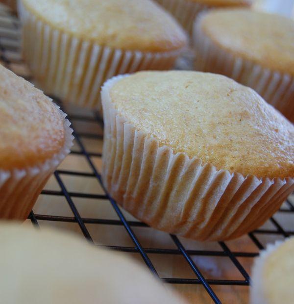 Tip: 10-15% van de bloem vervangen door maïzena! - Vegan vanille cupcake maken