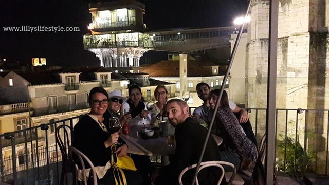E certe volte i miei tour a #lisbona finiscono così 😉  tra chiacchiere, risate e un buon vino portoghese. Volete parlare della vista poi? Www.lillyslifestyle.com #alisbonaconlilly