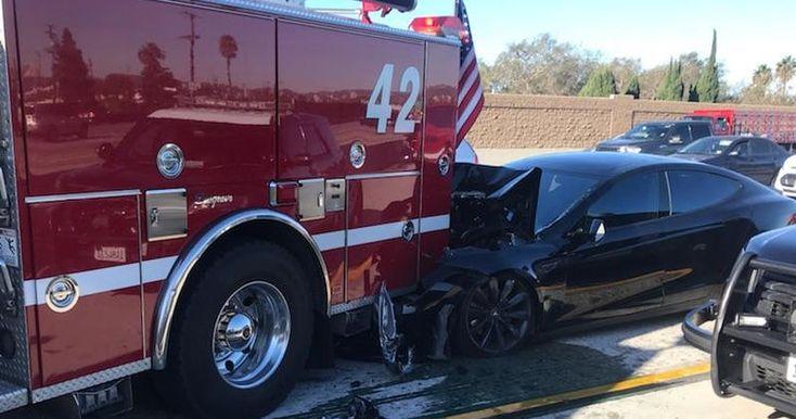 Седан Tesla Model S двигался по трассе со скоростью 104 километра в час и врезался в стоявший автомобиль пожарных.
