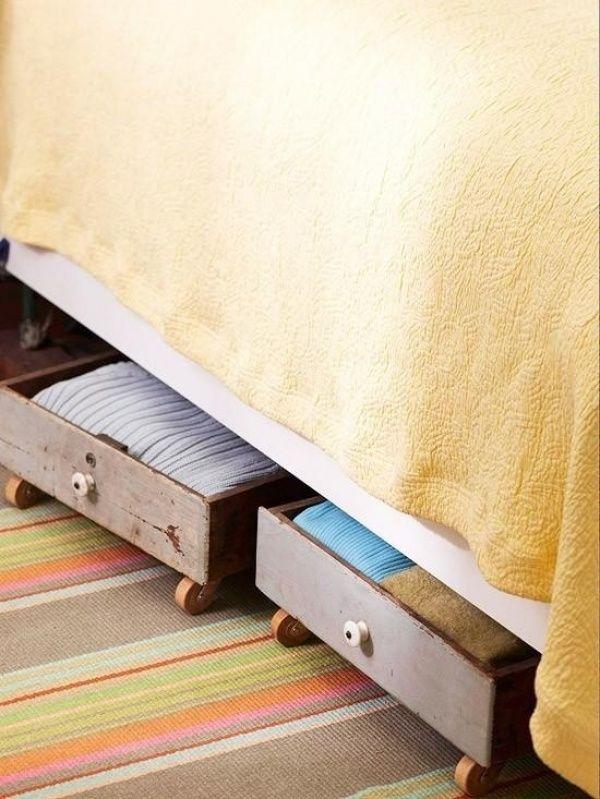Ящики на колесикахТакие ящики позволят использовать место под кроватью. Вы можете сделать их сами, прикрутив к старым ящикам колеса.  Источник: http://www.adme.ru/tvorchestvo-dizajn/25-sposobov-navesti-nakonec-to-poryadok-v-shkafu-828510/#image11944310 © AdMe.ru