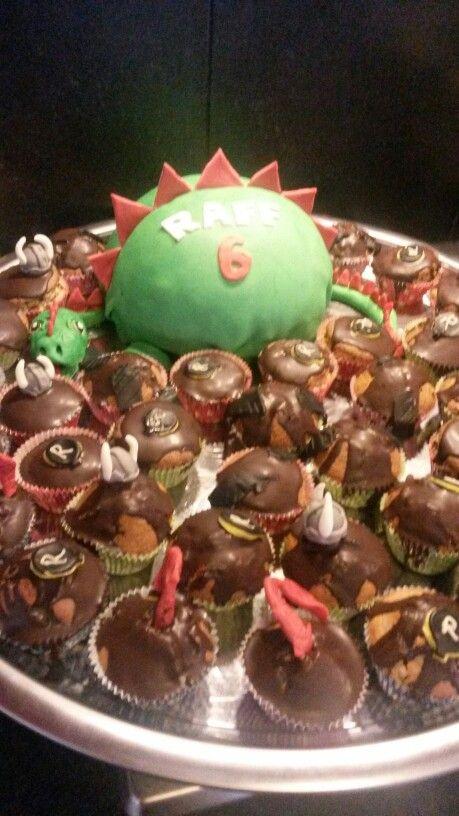 Drakentaart met draken cupcakes