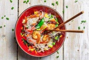 Cómo cocinar fideos chinos | EROSKI CONSUMER. Económicos, versátiles y de rápida cocción, los fideos chinos ofrecen muchas posibilidades en la cocina, desde salteados con verduras hasta guarniciones y sopas