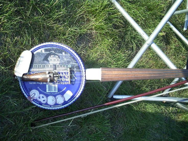 A banjo made out of cookie tin-what a new use for tins!!