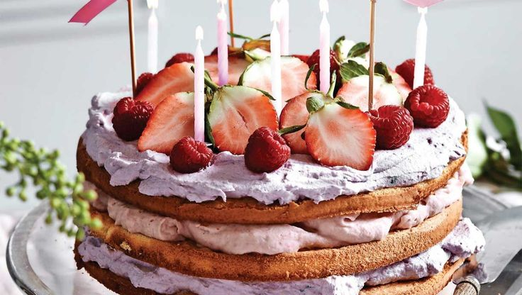 Denne kage er nem at tilberede, men skal helst laves over to dage. Til gengæld lover vi at den er ventetiden værd. Få opskriften på en fantastisk lagkage med jordbær- og brombærskum her