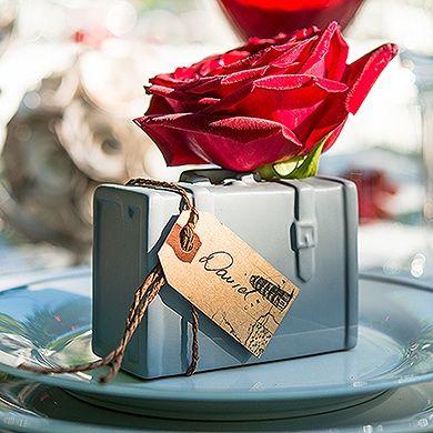 Unieke porseleinen bagage vaas; de perfecte tafeldecoratie voor een trouwfeest met een reisthema