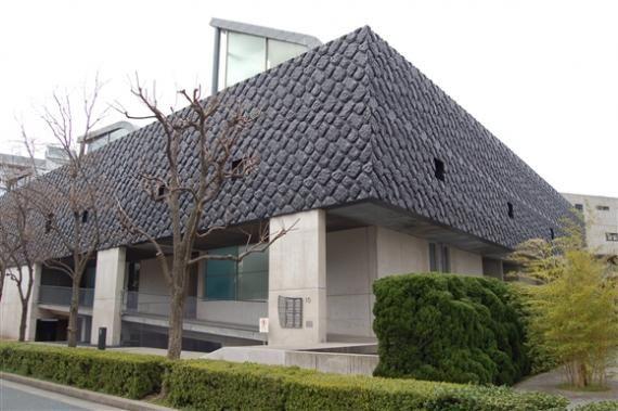 ネクサスワールドを見学に来る建築好きが最も目当てとしている建物であり、 世界で最も活躍する建築家の一人であるコールハースの日本唯一の作品です。 構内道路を挟んで東西に2棟の建物で構成されており、西が「レム棟」、 東が「コールハース棟」と名付けられています。 道路に面した壁面は緩やかに波打っていて、平面的に2棟の波が連続しています。 外観を特徴付けているのが小さな小窓があるだけの巨石積み風のダークなコンクリートで、 1階部分については、店舗がある南面以外をアプローチのスロープとしています。 住戸は縦に3層になっていて、垂直に貫通する中庭を設けることによって、 通風や光を内部に採り入れるプランとなっています。 詳細 所在地:福岡市東区香椎浜4丁目11-27 総戸数:ー戸 構造・規模:鉄筋コンクリート造3階建地下1階 間取り:3LDK~ 住居専有面積:102.43m、m㎡~222.65㎡ 設計:レム・コールハース棟 施工:清水建設 株式会社 売主:福岡地所 株式会社 竣工年月日:平成3年3月 分譲価格リスト 分譲価格  6,219~13,520万円     平均価格  8,847万円…
