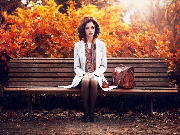 Обои Девушка на скамейке в осеннем парке, фото, картинки