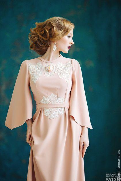 Купить или заказать Платье цвета пудры с рукавом в интернет-магазине на Ярмарке Мастеров. Вечернее платье с рукавом нежно цвета пудры.Декорировано светло бежевым кружевом. Длинное платье в пол, юбка с небольшими складами и рукавами необычного кроя. Декорировано камеей.