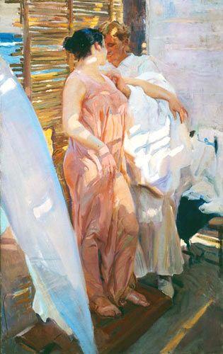 """ÚLTIMOS AÑOS (1911-1920). """"LA BATA ROSA"""", 1916. En el verano de 1916, Sorolla se retira a Valencia y ejecuta sus últimas composiciones de temas de playa y costumbrismo marinero. Siguen estando presentes las figuras monumentales, pero el tratamiento de la luz se complica en este lienzo, al utilizar cuatro focos diferentes; a los lados, matizados por telas blancas, y a través de cañizos; en la parte superior (que no vemos) y los del fondo del lienzo."""