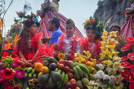 Funchal, Madera - 20 kwietnia 2015: Wykonawców z kolorowe i wyszukane stroje, biorąc udział w paradzie Festiwal kwiatów na wyspie Madera, Portugalia — Obraz stockowy #73667143