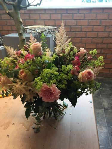 Handgebonden korenschoof boeket, les 18. Een goed korenschoof boeket blijft staan op tafel. De verdeling van bloemen in vorm en kleur is belangrijk.