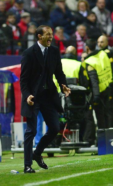 Juventus' coach Massimiliano Allegri shouts during the UEFA Champions League football match Sevilla FC vs Juventus at the Ramon Sanchez Pizjuan stadium in Sevilla on November 22, 2016. / AFP / CRISTINA QUICLER