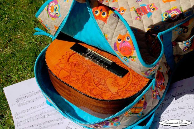 ¡Protege tus instrumentos con divertidas fundas!    Ésta de búhos realizada a medida para una guitarra española muy divertida. En tela de l...