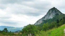 [Ariège] Le Chemin Cathare revu et corrigé - Etape 2/6 : Montségur - Labau Étape 2 :  On remonte au niveau du château, et on prend un sentier balisé VTT avec une descente un peu pierreuse qui peut être glissante si le temps est humide. Mais c'est très sympa. On continue sur un sentier à vaches au milieu des prairies.  Petit bout de route, pour mieux profiter d'un monotrace qui descend vers Fougax et Barrineuf, absolument superbe. Vous aurez de l'eau et une épicerie à Fougax (et nous avons eu…