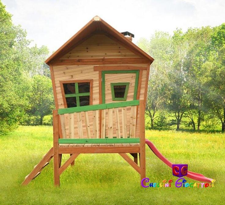Scivolo, veranda con scalini,  finestre apribili, tetto a spiovente, oblò alla porta e caminetto. Non manca proprio niente alla casetta di legno per bambini Iris, sicura e resistente, elegante e simpatica!