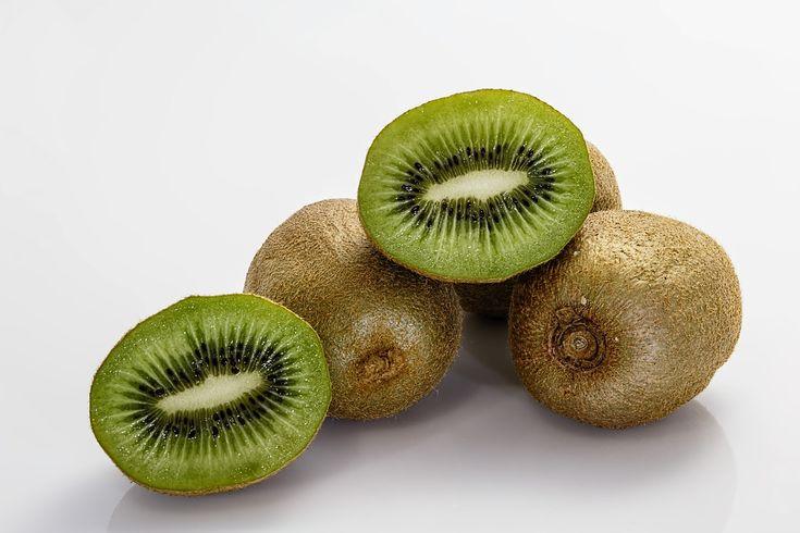 El #kiwi es una fruta que ayuda a regular el tránsito intestinal, reduce el riesgo cardiovascular y de espina bífida durante el embarazo y tiene grandes aportes de vitamina C.