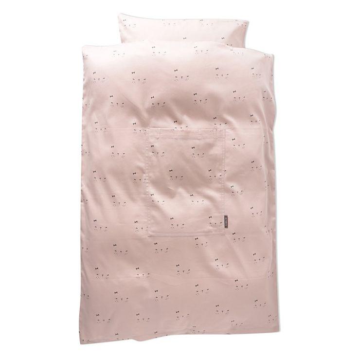Sleepy sengetøj. Dynen har en lille lomme foran og har stropper til at bære i, når den foldes sammen, så den er nem at have med på farten. 100% økologisk bomuld  Maskinvaskes ved 40 grader