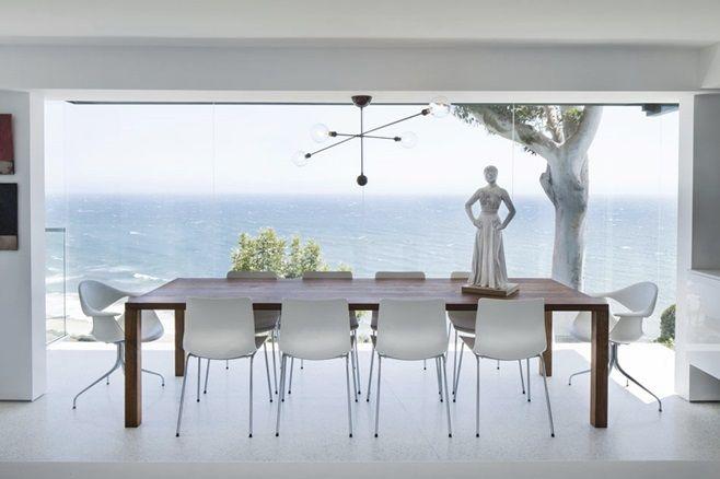 Расположенная на площади в 205 квадратных метров современная резиденция Montee Karp Residence спроектирована архитектором Patrick Tighe и находится в Малибу, штат Калифорния, США.