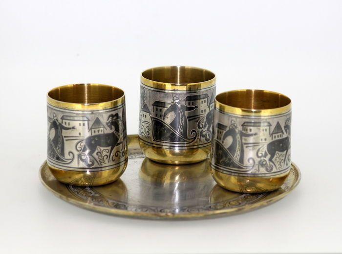 Russische massief zilver en niëllo Shot glazen en plaat  Russische antieke massief zilver en niëllo Shot glazen en plaatGemaakt in Rusland ca 1958Volledig hallmarked.Afmeting-Shot glazen (Diameter x hoogte): 4.1 x 4.8 cmKleine schotel (Diameter x hoogte): 139 x 07 cmTotale gewicht: 349 gramVoorwaarde: Leeftijd gerelateerde slijtage op al de stukken met sommige bezoedelen een oppervlak kras en of scuff hier en daar anders in aangename antieke staat zie foto's.Item zal veilig worden verpakt en…
