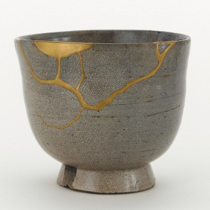 sixpenceee: Kintsugi or Kintsukuroi is a Japanese technique of repairing broken pottery with lacquer or resin mixed with powdered gold. They believe that when somethings suffered damage and has a history it becomes more beautiful. Kintsugi, Japanese Ceramics, Japanese Pottery, Japanese Art, Japanese Poem, Traditional Japanese, Wabi Sabi, Ceramic Pottery, Ceramic Art